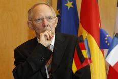 El ministro de Finanzas alemán pidió el sábado una solución europea para la crisis de migración, mientras en su país aumentan las críticas por los reiterados intentos sin éxito de compartir la carga del problema con la región. En la imagen de archivo, el presidente alemán de Finanzas, Wolfgang Schaeuble, durante una conferencia del Consejo  Económico y Financiera franco-alemán, celebrado en París, el 21 de julio de 2010. REUTERS/Benoit Tessier  (FRANCE - Tags: POLITICS BUSINESS) - RTR2GLIY