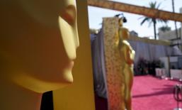 Oscar statues stand on the red carpet during preparations for the 88th Academy Awards in Hollywood, California, February 27, 2016.  REUTERS/Rick Wilking
