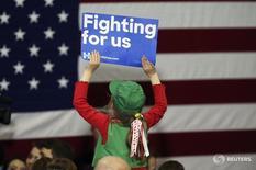 Юный сторонник Хиллари Клинтон слушает её речь в Колумбии, Южная Каролина 27 февраля 2016 года. Хиллари Клинтон на праймериз в Южной Каролине обошла конкурента в борьбе за статус кандидата в президенты США от Демократической партии Берни Сандерса почти на 50 процентных пунктов благодаря поддержке избирателей-афроамериканцев. REUTERS/Randall Hill