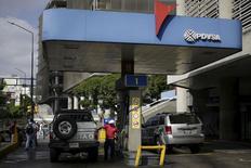 Un trabajador suministra gasolina a un vehículo en una estación de servicio de la petrolera estatal PDVSA en Caracas. REUTERS/Marco Bello