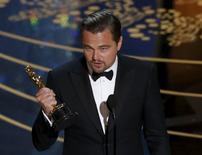"""Leonardo DiCaprio recibe el Oscar como Mejor Actor por su papel en la película """"The Revenant"""" en la 88 entrega de los Premios de la Academia en Hollywood, California, 28 de febrero de 2016.  REUTERS/Mario Anzuoni"""