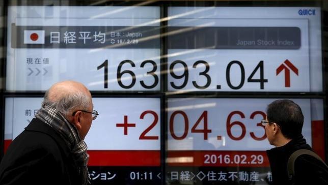 2月29日、東京株式市場で日経平均は3日ぶりに反落した。朝方は買いが先行し前週末比276円高となる場面があったが、中国株の下げや円安一服感の強まりなどを受けて下げに転じた。都内で撮影(2016年 ロイター/Yuya Shino)