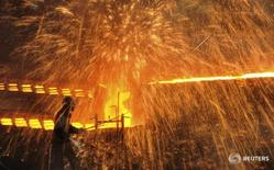 Рабочие на заводе в Даляне 4 декабря 2012 года. Китай в понедельник сообщил, что ждет увольнения 1,8 миллиона работников угольной и металлургической промышленности, или около 15 процентов общей рабочей силы этих отраслей, в рамках усилий по сокращению избыточных производственных мощностей, но не указал сроки сокращений. REUTERS/China Daily