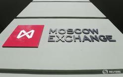 Логотип Московской биржи на её здании в Москве 14 марта 2014 года. Российские фондовые индексы развернулись в сторону роста на торгах понедельника в условиях стабильных цен на нефть, а котировки ИнтерРАО обновили максимум года после публикации отчетности. REUTERS/Maxim Shemetov