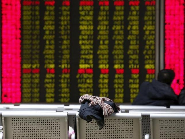 2月29日、中国人民銀行は銀行の預金準備率の引き下げを発表した。写真は株式情報を示す電光掲示板を眺める投資家。1月27日、北京で撮影。(2016年 ロイター/Kim Kyung Hoon)