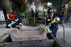 Empleados trabajan en planta de cobre al norte de la capital chilena, Dec 15, 2015. El desempleo en Chile permaneció estable en 5,8 por ciento en el trimestre móvil noviembre-enero, pese a que el mercado esperaba un alza en medio de la debilidad que enfrenta la actividad económica, según datos difundidos el lunes por el Gobierno. REUTERS/Ivan Alvarado