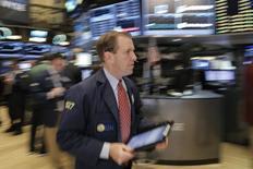 Operadores trabajando en la rueda de operaciones de la bolsa de Nueva York, feb 26, 2016. Las acciones abrieron con pocos cambios el lunes en la bolsa de Nueva York, en medio de un alza de los precios del petróleo después de que Arabia Saudita defendió la cooperación entre los productores y China redujo su encaje bancario.  REUTERS/Brendan McDermid