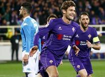 Alonso comemora gol da Fiorentina contra o Napoli.  29/02/16.  REUTERS/Tony Gentile