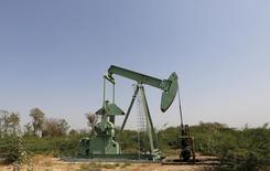 Станок-качалка компании ONGC на нефтяном месторождении близ города Ахмедабад. 10 февраля 2016 года. Цены на нефть растут на фоне сообщений о снижении добычи в США и ОПЕК и спаде производственной активности в Китае. REUTERS/Amit Dave