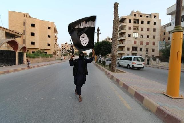 2月29日、イラク東部のディヤラ県と首都バグダッド近郊で29日、イスラム教過激派組織「イスラム国」(IS)による自爆攻撃があり、少なくても48人が死亡した。写真はイスラム国の旗。ラッカで2014年6月撮影(2016年 ロイター)