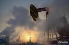 Станок-качалка на месторождении PetroChina в Карамае 5 января 2011 года. Независимые НПЗ Китая объединились для покупки нефти, чтобы усилить позиции в переговорах с поставщиками и снизить опасения, связанные с кредитными рисками небольших компаний. REUTERS/Stringer
