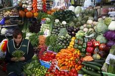 Una mujer vende vegetales en un puesto de un mercado en el distrito de Surquillo en Lima. 23 de octubre de 2015. Perú registró una inflación de un 0,17 por ciento en febrero, menor a lo esperado por analistas, ante una reducción de los precios de los combustibles y algunos alimentos que fue compensada por un alza estacional de los costos de servicios educativos, dijo el martes el Gobierno. REUTERS/Mariana Bazo
