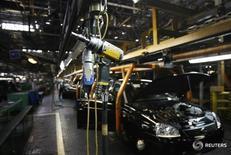 """Сборочная линия на заводе Автоваза в Тольятти 25 сентября 2009 года. Глава автомобильного альянса Renault-Nissan Карлос Гон назвал смену менеджмента российского Автоваза """"нормальной в определенный момент времени"""", прокомментировав информацию о возможной отставке главы компании Бу Андерссона. REUTERS/Denis Sinyakov"""
