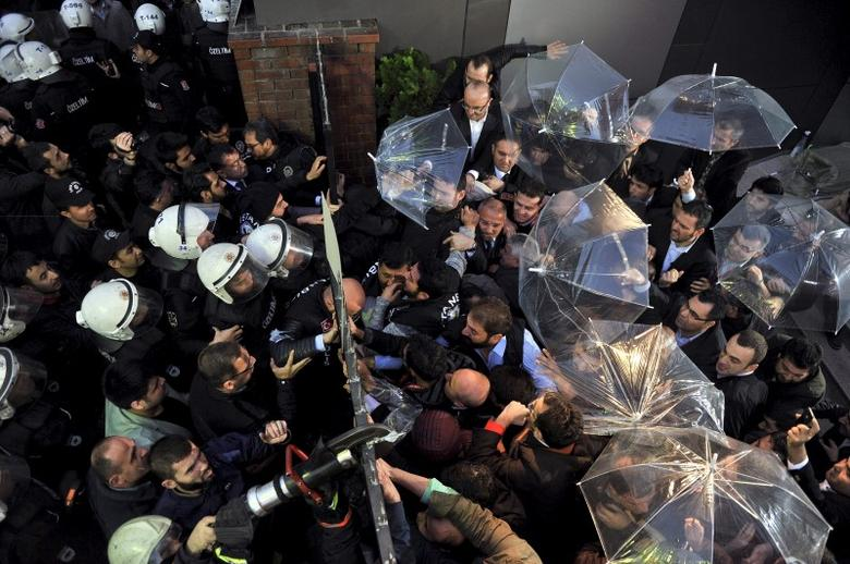 Employees block the door as riot police try to enter Kanalturk and Bugun TV building in Istanbul, Turkey, October 28, 2015.  REUTERS/Usame Ari/Zaman Daily via Cihan News Ageny