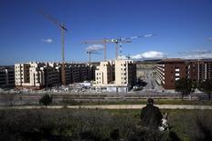 El precio de la vivienda usada en España registró un descenso del 0,9 por ciento durante el mes de febrero, según el último índice de precios inmobiliarios de idealista, cambiando de tendencia con respecto a la subida que registró en el primer mes del año. En la imagen, grúas en una zona en construcción en las afueras de Madrid, 29 de febrero de 2016. REUTERS/Susana Vera