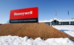 Imagen de archivo del logo corporativo de Honeywell en su planta manufacturera de Golden Valley, EEUU, ene 28, 2010. El grupo industrial estadounidense Honeywell anunció el martes que retiró su oferta por 90.700 millones de dólares para adquirir a su rival United Technologies, explicando que la compañía no desea sostener negociaciones.  REUTERS/ Eric Miller