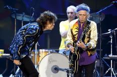 """Рок-группа Rolling Stones выступает в Сан-Паулу, Бразилия 24 февраля 2016 года.  Культовая рок-группа Rolling Stones 25 марта выступит с бесплатным концертом в столице Кубы, коммунистические власти которой некогда запретили музыку коллектива за """"идеологические отклонения"""". REUTERS/Paulo Whitaker"""