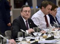 La tendencia de inflación en la zona euro se encuentra más débil de lo previsto y la revisión de política monetaria que realizará en marzo el Banco Central Europeo debe considerar los crecientes riesgos e incertidumbres, dijo el martes el presidente del BCE, Mario Draghi. En la imagen, el presidente del BCE Mario Draghi en una reunión de líderes de la UE sobre la salida de Reino Unido de la Unión Europea y la crisis de inmigración en Bruselas, Bélgica, el 19 de febrero de 2016.  REUTERS/Martin Meissner/Pool