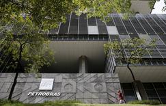 La casa matriz de la petrolera estatal brasileña Petrobras en Río de Janeiro, ene 28, 2016. La brasileña Petrobras recortará el mes próximo su plan de inversión a cinco años en cerca de un quinto, ya que los precios bajos del crudo, su enorme deuda y los efectos de un escándalo de corrupción golpearon su capacidad de financiar proyectos mar adentro, dijeron a Reuters dos fuentes cercanas al tema.  REUTERS/Sergio Moraes