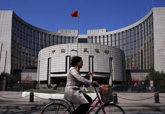 3月2日、新華社は解説記事で、先月29日の中国人民銀行(中銀)による銀行の預金準備率引き下げについて、中国の慎重な金融政策における若干の緩和バイアスを示しているが、決して大規模な刺激策が後に続くことを示唆するものではない、との見解を示した。写真は北京で2014年4月撮影(2016年 ロイター/Petar Kujundzic)
