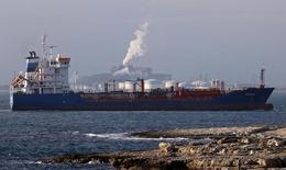 Нефтеналивной танкер у НПЗ DPFи завода ArcelorMittal близ Марселя 19 января 2016 года. Цены на нефть снижаются за счет сильного повышения запасов нефти в США, достигших нового рекорда. REUTERS/Jean-Paul Pelissier