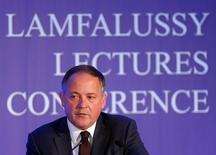 Член Управляющего совета ЕЦБ Бенуа Кер на конференции в Будапеште. 1 февраля 2016 года. Банки еврозоны хорошо справились с ультранизкими процентными ставками, и главным вызовом для них является не мягкая монетарная политика, сказал член Управляющего совета ЕЦБ Бенуа Кер, открыв путь к дальнейшему смягчению политики центробанка на следующей неделе. REUTERS/Laszlo Balogh