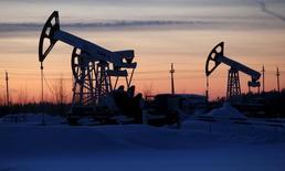Unidades de bombeo de la compañía Lukoil en el campo petrolero Imilorskoye, cerca de Kogalym, Rusia, 25 de enero de 2016. La producción de petróleo de Rusia alcanzó en febrero el mismo nivel que en enero con 10,88 millones de barriles por día (bpd),casi un máximo en 30 años, después del acuerdo preliminar entre los principales países exportadores para congelar el bombeo, mostraron el miércoles datos del Ministerio de Energía. REUTERS/Sergei Karpukhin