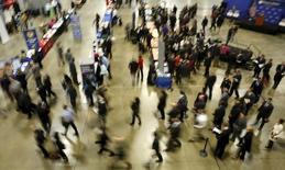 En la imagen, personas que buscan empleo en una feria de la cámara de comercio en Washington, el  8 de enero de 2016. Los empleadores privados de Estados Unidos sumaron 214.000 empleos en febrero, más de lo esperado por los economistas, mostró el miércoles un reporte de un procesador de nóminas. REUTERS/Gary Cameron