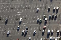 Автомобили на парковке в Бордо 29 февраля 2016 года. Автомобильная промышленность чувствительна к любому ужесточению пограничного контроля в Европе, вызванному наплывом в регион беженцев, сообщили главы Opel, Ford Europe и Daimler на автосалоне в Женеве. REUTERS/Regis Duvignau