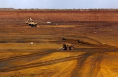 Caminhões são carregados com minério de ferro em mina da Fortescue Metals Group (FMG)  na Austrália. 17/11/2015 REUTERS/Jim Regan