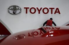 Un empleado trabaja cerca del logo de Toyota, en la sala de exhibición de la compañía en Tokio, Japón. 5 de febrero de 2016. Toyota Motor Corp anunció el miércoles una reforma de su estructura corporativa, en momentos en que el fabricante de automóviles de mayor venta en el mundo busca modernizar su proceso de toma de decisiones y mejorar la forma en que gestiona su producción. REUTERS/Toru Hanai