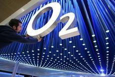 CK Hutchison Holdings Ltd ha ofrecido concesiones para intentar asegurarse la aprobación del regulador antimonoplio de la Unión Europea a su oferta para comprar O2, la filial móvil británica de Telefónica por 10.300 millones de libras, dijo el miércoles la Comisión Europea. En la imagen, un trabajador da el toque final al logotipo de la compañía de telefonía móvil durante la preparación de la feria informática CeBIT en Hanover, Alemania, el 6 de marzo de 2006. The world's largest computer and information technology fair CeBIT runs from March 9 until March 15, 2006. - RTXODD1