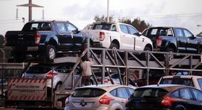 Un vehículo transportando camionetas Ford a las afueras de la compañía en Pacheco, Argentina, mayo 22, 2014. El registro de vehículos automotores en Argentina creció un 10,7 por ciento interanual en febrero, al totalizar 47.662 unidades, dijo el miércoles la Asociación de Concesionarios de Automóviles (Acara).     REUTERS/Marcos Brindicci