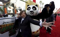 """Jack Black posa ao lado de um mascote do personagem que ele interpreta, Po, no lançamento da animação """"Kung Fu Panda 3""""em Hollywwokd, Califórnia  16/07/ 2016.  REUTERS/Mario Anzuoni"""