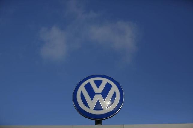 3月2日、ドイツ自動車大手フォルクスワーゲン(VW)が米国でディーゼル車の排ガス規制を不正に逃れていた問題で、ウィンターコルン前最高経営責任者(CEO)は2014年に問題を指摘する2つのメモを受け取ったが、特に注目していなかったことが分かった。写真はヴォルフスブルクで昨年11月撮影(2016年 ロイター/Ina Fassbender)