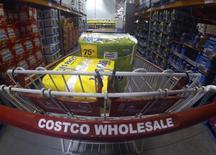 Логотип Costco на тележке в магазине в Карлсбаде, Калифорния 11 сентября 2013 года. Компания Costco Wholesale отчиталась о более слабой, чем ожидалось, квартальной прибыли в связи с сокращением трафика в январе и сильным долларом.      REUTERS/Mike Blake