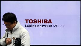 Toshiba a demandé à trois banques japonaises de nouveaux prêts d'un montant de l'ordre de 200 milliards de yens (1,6 milliard d'euros) pour financer sa restructuration, selon des sources au fait du dossier.  /Photo d'archives/REUTERS/Toru Hanai