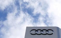 Le bénéfice d'exploitation d'Audi a baissé de 6% en 2015, en raison des coûts induits par le scandale des émissions et par les rappels de véhicules équipés d'airbags Takata. Le bénéfice d'exploitation, en intégrant ces coûts, ressort à 4,84 milliards d'euros contre 5,15 milliards en 2014. /Photo prise le 16 février 2016/REUTERS/Michaela Rehle