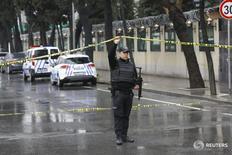 Сотрудник турецких спецслужб в Стамбуле 3 марта 2016 года. Две женщины, открывшие стрельбу и бросившие гранату в сторону полицейского автобуса в пригороде Стамбула в четверг, убиты силами правопорядка, сообщил турецкий канал NTV. REUTERS/Murad Sezer