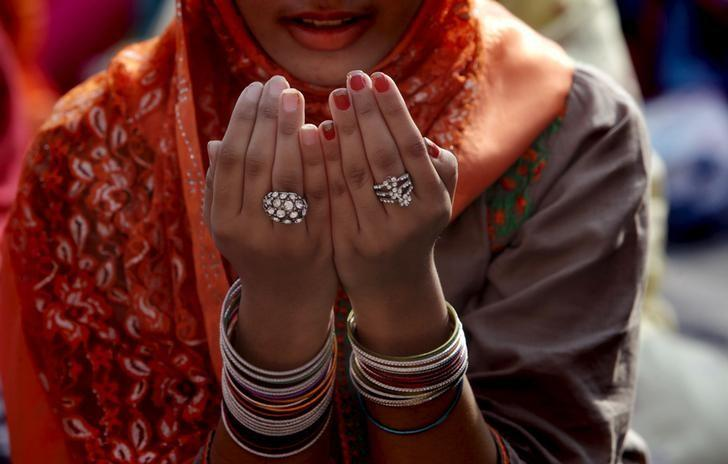 A Muslim woman performs her prayers at a mass prayer for Eid al-Adha at the Badshahi mosque in Lahore, Pakistan September 25, 2015.  REUTERS/Mohsin Raza/Files