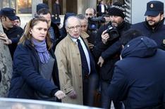El juzgado de instrucción madrileño que investiga supuestas irregularidades en el patrimonio del exdirector gerente del FMI, Rodrigo Rato, ha ampliado el listado de posibles delitos por presunta administración desleal. En la imagen, Rato sale de un tribunal en Madrid, 9 de febrero de 2016. REUTERS/Juan Medina