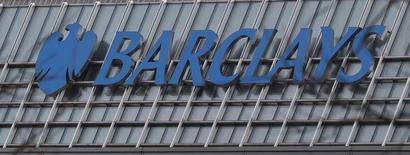 El logo del banco Barclay's en sus oficinas de Canary Wharf en Londres , mar 3, 2016. La era de tasas de interés en cero por ciento o negativas, sobre todo en Japón y la zona euro, podría durar varios años más mientras los bancos centrales combaten un crecimiento y una inflación persistentemente bajos, dijeron el jueves estrategas de Barclays.   REUTERS/Reinhard Krause