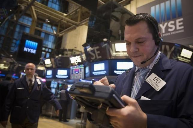 3月3日、米国株式市場は上昇。S&P総合500種は2カ月ぶりの高値となった。エネルギーと銀行株が値上がりする中で、最近の相場の回復に拍車が掛かった。写真はニューヨーク証券取引所、2015年1月撮影(2016年 ロイター/Brendan McDermid)