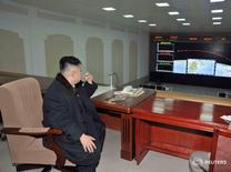 Лидер КНДР Ким Чен Ын курит, наблюдая за пуском ракета Unha-3  12 декабря 2012 года. Северокорейский лидер Ким Чен Ын распорядился, чтобы КНДР была готова нанести упреждающий ядерный удар в любое время перед лицом растущих угроз, сообщили государственные СМИ в пятницу. REUTERS/KCNA