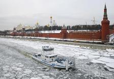 Судно плывет по Москве-реке в российской столице 25 января 2016 года. Приток средств в фонды, инвестирующие в российские акции, составил по итогам завершившейся 2 марта недели $49,5 миллиона, сообщил Sberbank CIB со ссылкой на EPFR Global. REUTERS/Maxim Shemetov