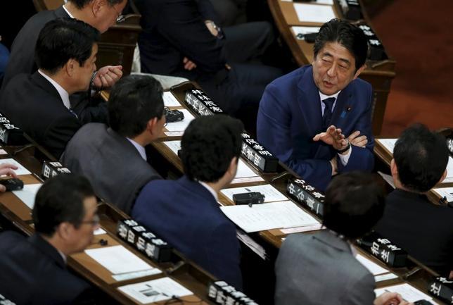 3月4日、安倍首相は、経済界と意見交換を行う「官民対話」で、企業側に賃上げを強く求めた。国会で先月撮影(2016年 ロイター/Toru Hanai)