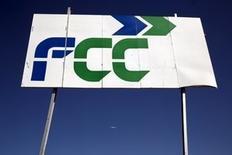 FCC confirmó el viernes informaciones de prensa de que ha presentado a los sindicatos un expediente de regulación de empleo (ERE) para 750 trabajadores de su división de construcción en España. En la imagen, un cartel de FCC en Tres Cantos, el 29 de febrero de 2016. REUTERS/Susana Vera