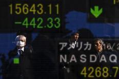 Personas se reflejan en una pantalla que muestra índices de mercado, afuera de una correduría en Tokio, Japón, 10 de febrero de 2016. Las bolsas de Asia se encaminaban el viernes a su mejor semana en cinco meses gracias a que los inversores volvieron a los activos de mayor riesgo después de una serie de datos económicos positivos en Estados Unidos y por un rebote en los precios del petróleo y las materias primas. REUTERS/Thomas Peter