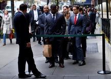 Personas buscando trabajo hacen fila para reunirse con posibles empleadores, en una feria de empleos en Nueva York, 24 de octubre de 2012. Los empleadores estadounidenses probablemente intensificaron las contrataciones en febrero, en una señal de fortaleza del mercado laboral que podría reducir el temor a que la economía se encamina a una recesión y permitir que la Reserva Federal eleve gradualmente las tasas de interés este año. REUTERS/Mike Segar