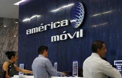 El logo de América Móvil en el área de recepción de sus oficinas en Ciudad de México. 12 de agosto de 2015. El regulador de telecomunicaciones de México informó el jueves los bloques de espectro radioeléctrico asignados y la contraprestación que pagarán América Móvil y AT&T tras ganar una licitación de banda ancha, útil para el despliegue de servicios móviles de alta velocidad. REUTERS/Henry Romero
